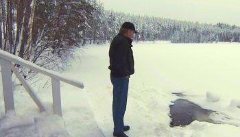 Мужчина каждый день ходит к пруду, чтобы не подвести друга, который ждет его в любую погоду