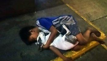 Эти фото мальчика, спящего в обнимку с собакой на бетоне, содрогнули весь мир