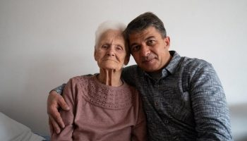 Таксист приютил 100-летнюю женщину, пережившую блокаду. Ее родственники выставили на улицу!