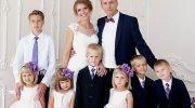 Девушка не побоялась выйти замуж за отца-одиночку шестерых детей. Как сложилась их жизнь?