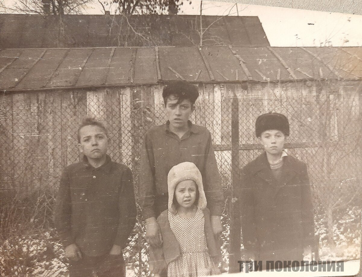 Фото из личного архива. На фото я и мои братья. Тестируем первые кадры на купленный только что фотоаппарат.