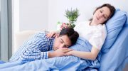 Молодые родители заснули во время фотосессии своего малыша и насмешили Сеть