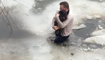 Мужик прыгнул в жутко ледяную воду, что бы спасти собаку