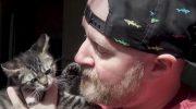 «Только не плакать!» — говорил брутальный байкер котенку