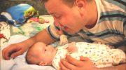 Милейшая картина: папа с полуторамесячным грудничком поют для мамы