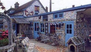 Дом Разбитой Посуды! Все сделано из осколков – даже будка для собаки!
