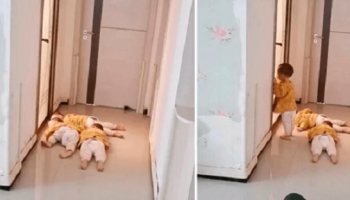 Нигде не спрячешься: тройняшки лежали под дверью и стерегли маму