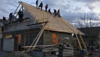 Многодетная семья потеряла все из-за пожара, но единоверцы за 6 дней построили им дом