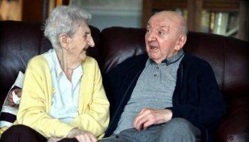 100-летняя мать, переехала в дом престарелых, чтобы ухаживать за сыном