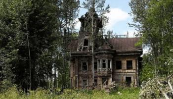 Этот заброшенный теремок, построенный в 1897 году, так бы и развалился от времени