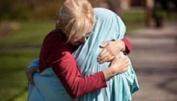 Чтобы обнять дочку-медсестру, мама накрыла ее простыней
