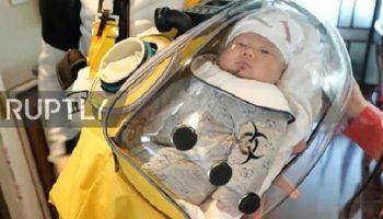Китаец Цао Цзюньцзе соорудил капсулу, чтобы защитить своего маленького сына от коронавируса