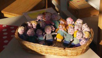 За время карантина, учительница настолько соскучилась по своим первоклашкам, что связала маленькие куклы, в виде ее 23 учеников