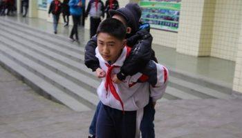 6 лет подряд, носит друга-инвалида на своей спине, 12 летний Чжан Цзе