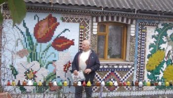 Пенсионер сделал «вышивку» на своем доме с помощью пластиковых крышек, стекла и цветных камней