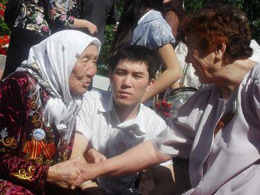 Токтогон Алтыбасарова на встрече со своими воспитанниками.