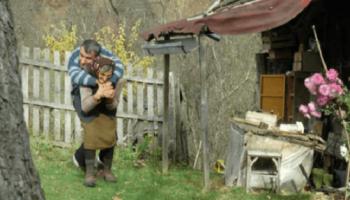 История 77-летней сербки Олги Бошкович, которая, вот уже 59 лет, носит на спине парализованного сына