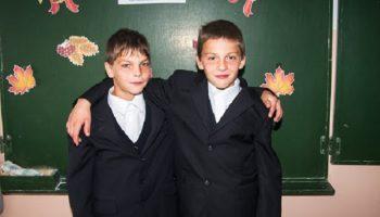 Мальчишки, которым всего 11 и 12 лет спасли женщину с маленькими детьми из горящего дома