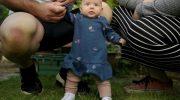 «Самый сильный ребенок в мире»: девочка начала держать головку еще в роддоме, а стоять — в 8 недель
