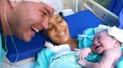 Узнав отца по голосу, новорожденная девочка начала ему улыбаться