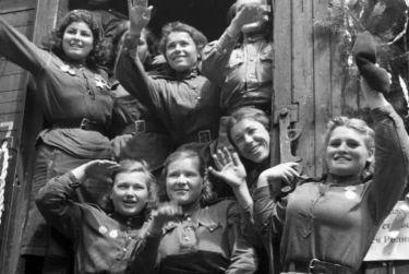 Если мужчин встречали как героев, то женщины часто скрывали, что были на войне.