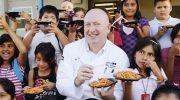 Ресторатор, который кормил бедных детей, потерял свой бизнес. Но люди, которым не все равно, не оставили его в беде