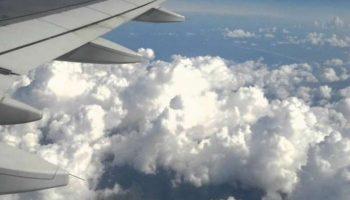 Шокирующее фото человека, идущего по облакам на высоте 10000 метров, сделали пассажиры рейса Вена – Лондон