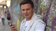 Дмитрий Комаров показал фото 12-летней давности и рассказал, как придумал передачу «Мир наизнанку»