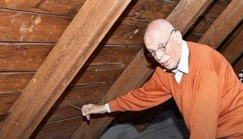 Дернув за спрятанную веревку, мужчина открыл тайник, который спрятали, покидая дом из-за Второй Мировой