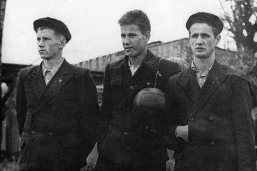 Борис Ельцин (в центре) с друзьями, 1950 год. / Фото: www.perm.kp.ru