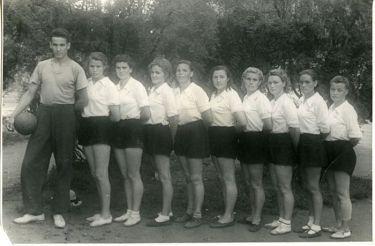 Борис Ельцин - тренер женской волейбольной команды, 1953 год. / Фото: www.perm.kp.ru