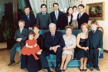 Борис и Наина Ельцины в большом семейном кругу. / Фото: www.yeltsin.ru