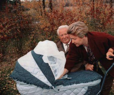 Борис и Наина Ельцины с внуком. / Фото: www.vatnikstan.ru