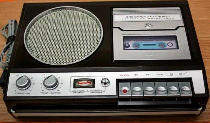 Кассетный магнитофон - всенародная любовь того времени, обладал неплохими характеристиками.