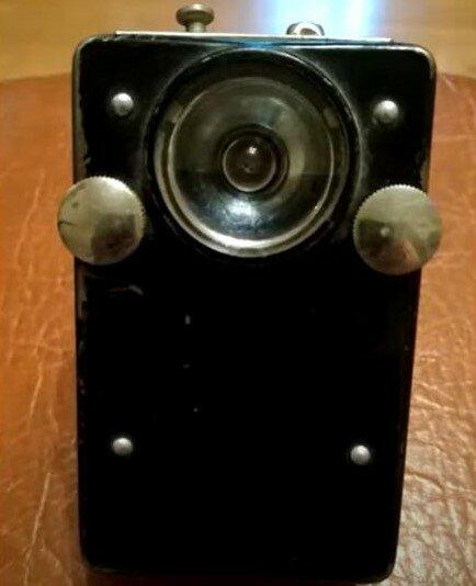 Армейский сигнальный фонарик, ну очень похож на первый мобильный телефон.