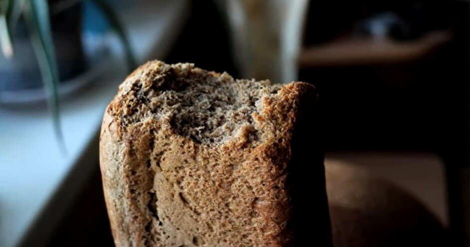 Корочка хлеба по дороге домой из магазина.