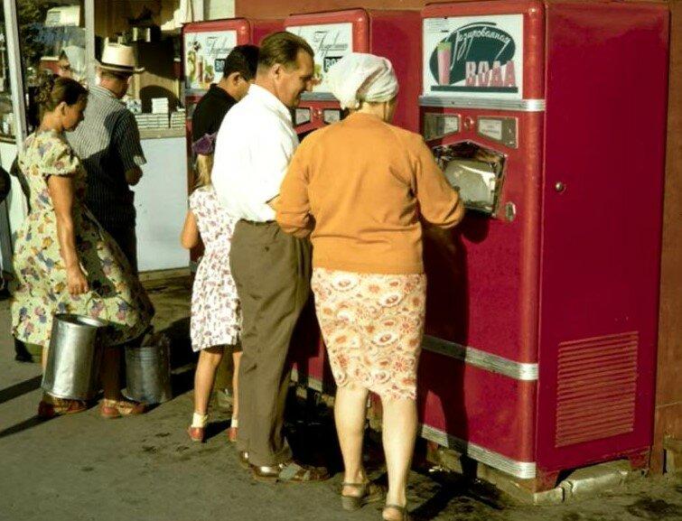 Из такого автомата за 1 коп можно было напиться газированной воды.