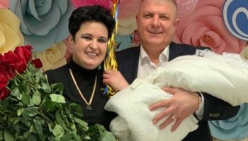 Финалистка шоу «Битва экстрасенсов», 52-летняя мама Влада Кадони, показала мужа с новорожденной