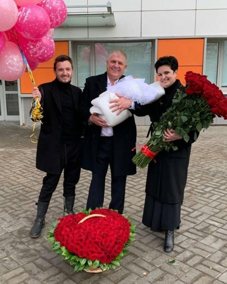Елена Голунова с мужем и Владом Кадони