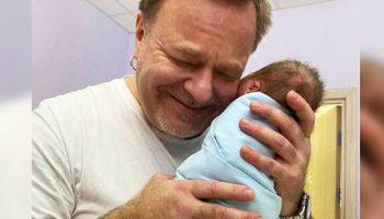 Взяв на руки новорожденного сына, 52-летний Владимир Пресняков заплакал…