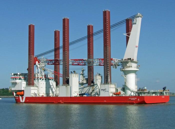 MPI Adventure помогает строить ВЭС, не боясь никаких штормов. /Фото: shipspotting.com
